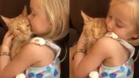 Canta una ninna nanna davvero speciale al suo piccolo amico: un momento di pura tenerezza