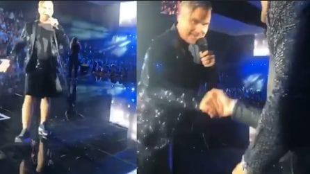 Icardi al concerto di Robbie Williams: il cantante si avvicina all'attaccante e reagisce così