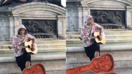 Inizia a suonare in incognito per strada: Justin Bieber e la serenata per Hailey Baldwin