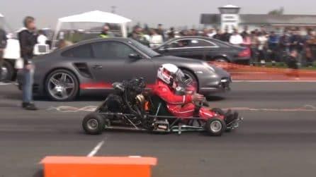 L'insolita super sfida a 4 ruote: Porsche vs Go Kart