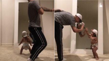 Papà e figlia sorpresi a ballare davanti allo specchio: la coppia più dolce di sempre