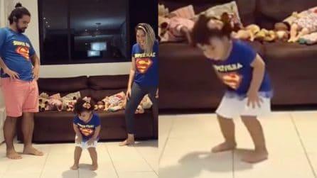 La mamma inizia a ballare, poi tocca alla bimba: il balletto della famiglia è esilarante