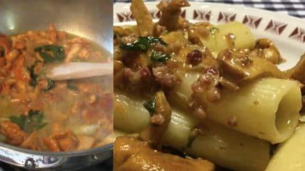Rigatoni funghi galletti e speck: il primo piatto saporito e pronto in pochi minuti