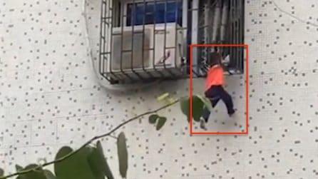 Intrappolato tra le sbarre della finestra: il bimbo di due anni rischia la vita