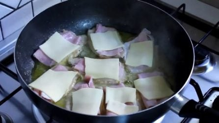 Mette il formaggio e il prosciutto scotto sulle scaloppine: il segreto per un piatto buonissimo