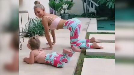 Guarda la mamma allenarsi e decide di unirsi a lei: la scena è tenerissima
