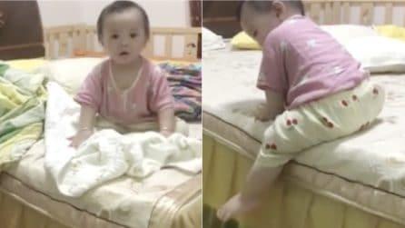 Sua figlia vuole scendere dal letto: la soluzione che trova è geniale