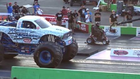 Scooter da passeggio contro monster truck: l'assurda sfida sulla pista da corsa