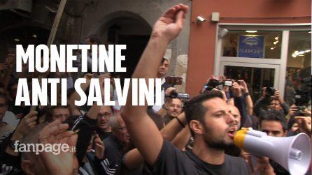 """Salvini a Napoli, corteo di protesta: """"Sei un ladro"""". Lancio simbolico di monete contro la Lega"""
