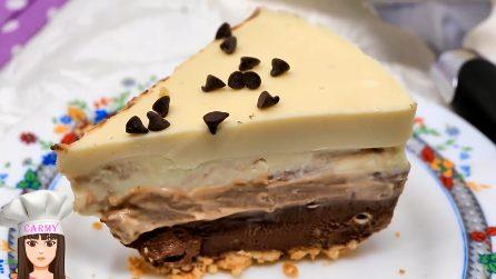 Una torta con cioccolato bianco, al latte e fondente: la ricetta per prepararla