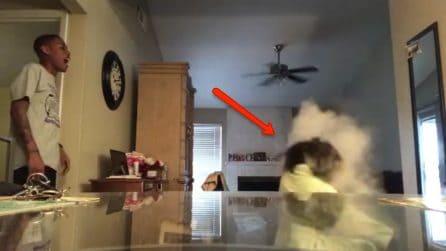 Fa uno scherzo perfido alla sua fidanzata: la telecamera nascosta cattura tutta la scena