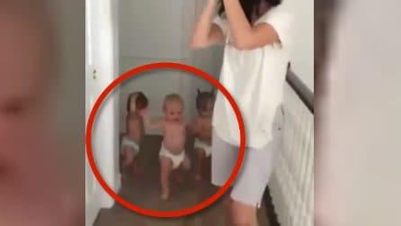 Mamma canta e batte le mani, i tre bimbi dietro di lei sono il vero spettacolo