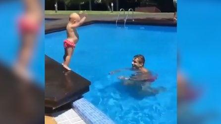 """""""Pronti, partenza, via"""", il padre insegna al suo piccolo a tuffarsi in acqua: la scena è tenerissima"""