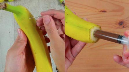 Inserisce un ago e una siringa nella banana: il risultato vi lascerà senza parole