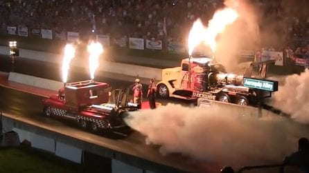 Fuochi e fiamme sulla pista da corsa: i due camion si sfidano in una gara epica