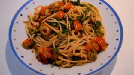 Spaghetti con pomodorini, olive e rucola: una combinazione di sapori che vi piacerà