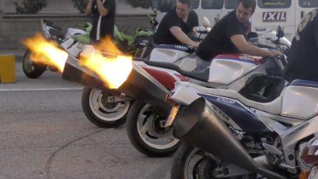 Montano scarichi giganti e rumorosi sulle loro Yamaha: che spettacolo quando accelerano