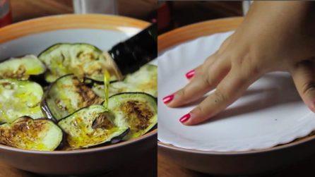 Condisce le melanzane e poi le schiaccia con un piatto: una ricetta originale