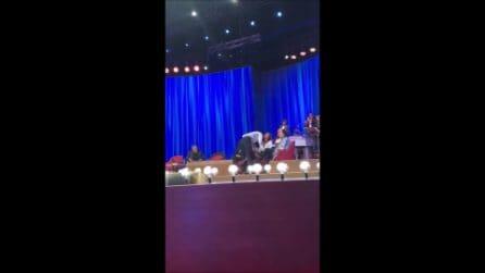 Belén e Corona ballano al Maurizio Costanzo Show, l'intimità è quella di sempre
