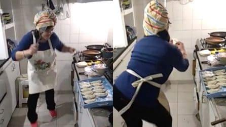 Si scatena ai fornelli: la musica l'accompagna mentre cucina