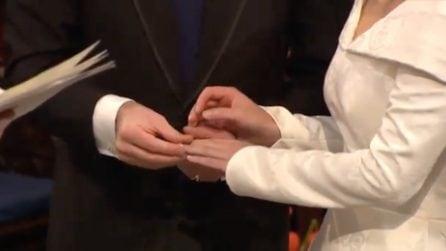 Gaffe al royal wedding, l'anello non si infila: il momento imbarazzante