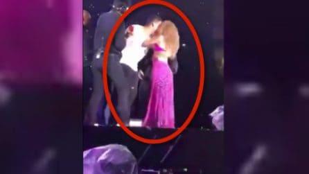 Fan di Shakira sale sul palco e la abbraccia: quello che fa la cantante lascia esterrefatti