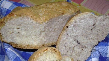 Se avete del pane raffermo non buttatelo: potete creare un tortino delizioso