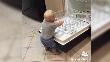 Vuole a tutti i costi aiutare la mamma con le pulizie: ma qualcosa va storto