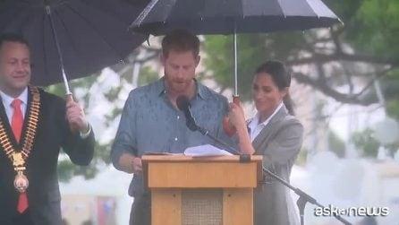 Meghan Markle rompe ancora il protocollo reale e regge l'ombrello al marito Harry