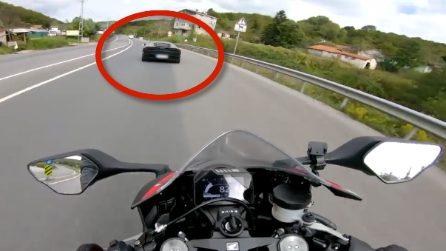 Honda CBR sfida una Lamborghini in strada ma accade qualcosa di pazzesco