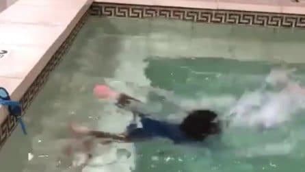 Cade in piscina e prova a rimanere a galla: i genitori riprendono la scena