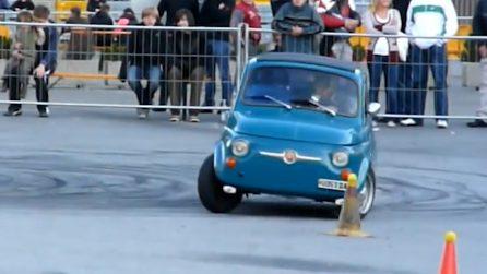 La classica Fiat 500 Abarth dà prova della sua agilità nella pista ad ostacoli