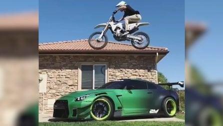 Il motociclista tenta l'acrobazia sull'auto sportiva: il salto è da non credere