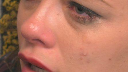 Silvia Provvedi piange dopo l'incontro con Corona, Giulia la consola