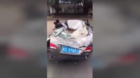 L'auto è completamente sfasciata ma l'amore dell'automobilista è troppo grande