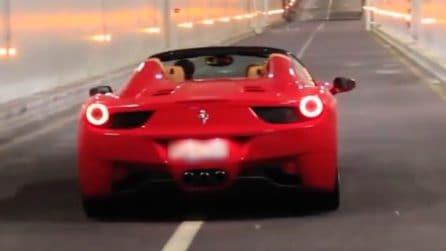 Ferrari 458 Italia Spider nel tunnel di Montecarlo: il rombo è mostruoso