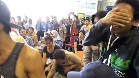 Disastro aereo, precipita con 188 persone a bordo: i familiari delle vittime attendono disperati