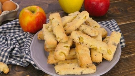 Biscotti mele e cioccolato furbi: si preparano senza stampo e sono strabuoni!
