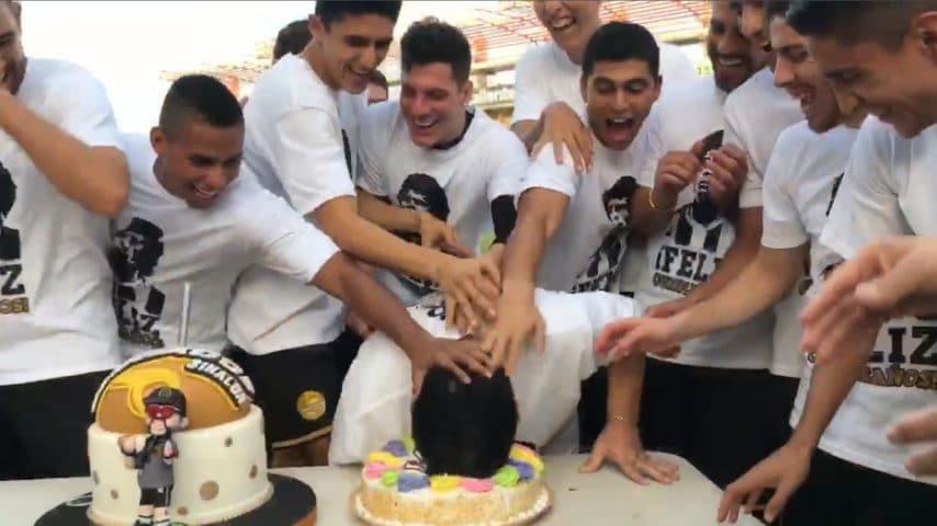 La festa di compleanno di Maradona finisce a torte in faccia