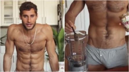 È lo chef più sexy del mondo: cucina in mutande e le sue ricette hanno fatto impazzire il web
