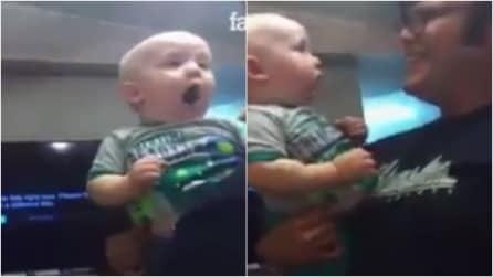 Il papà si rade la barba: la reazione del bambino è adorabile