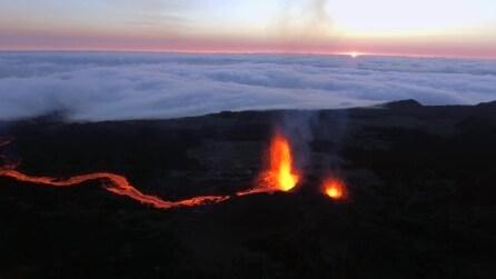 Tutta la maestosità del vulcano Piton durante l'eruzione