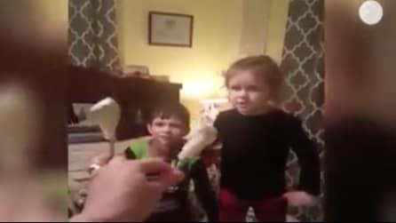 Una mamma fa uno scherzo crudele ai suoi bambini: la loro reazione è esilarante