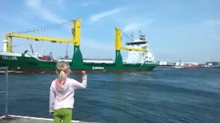 La bambina fa dei gesti in direzione della nave: la scena prende una piega inaspettata