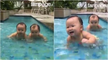 Le gemelline alle prese col bagnetto in piscina: la scena è adorabile
