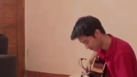 Il padre suona la chitarra: la reazione del figlio è tenerissima