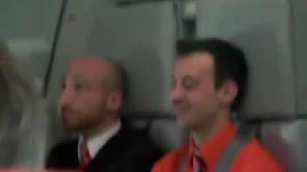 """L'assistente di volo più simpatico del mondo: """"Non lasciate a bordo le suocere"""""""