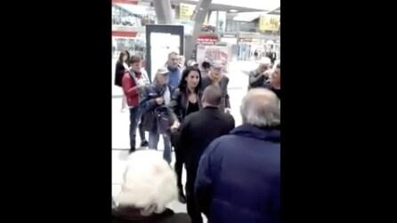 Napoli, musica alla Stazione Centrale: una ragazza riceve una dedica speciale