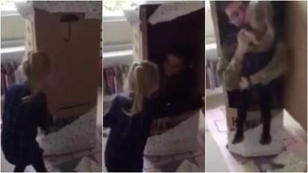 Nella scatola si nasconde il papà che non vede da mesi: la sorpresa è emozionante