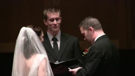 Lo sposo al cellulare davanti all'altare: l'insolito gesto spiazza tutti